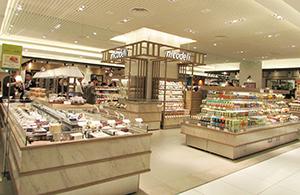 百貨店流コンビニ「ニコデリ」。サラダチキン400円台、カップ惣菜300円台と専門店の品質・価格の商品を揃える