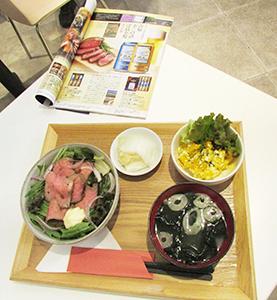 歳暮ギフトカタログに掲載されているローストビーフが「熊本県産えこめ牛のローストビーフ丼(1700円)」で食べられる