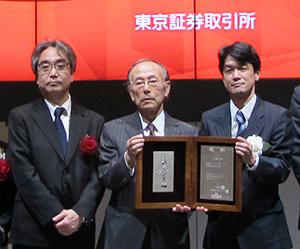 荻野芳朗会長(中央)と宮本雅弘社長(左)
