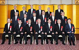 16人の受賞者と選考委員