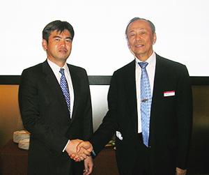 握手する加納勉コスモバイタル社長(左)と小林昭雄リビエラ社長