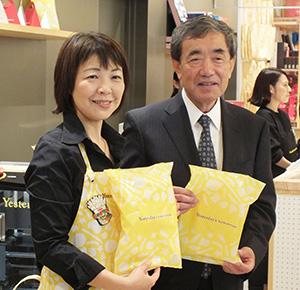松本晃会長(右)と鎌田由美子本部長