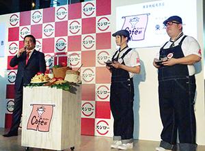 新たに発足した「スシローカフェ部」を紹介する水留浩一社長CEO(左)