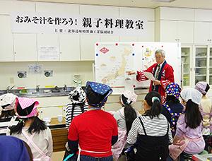 石川一雄事務局長の話に真剣に耳を傾ける子どもたち