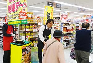 試食提案で来店客にアピールする川澄専務=ヨシヅヤ犬山店で