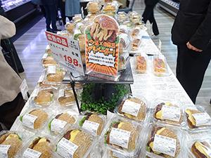 人気のデリバーガー。惣菜とパン部門がコラボ