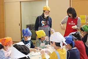 下末吉小学校での手作りハイチュウ教室(写真提供=森永製菓)