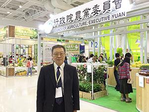 農業委員会のブースを背にした陳建斌署長