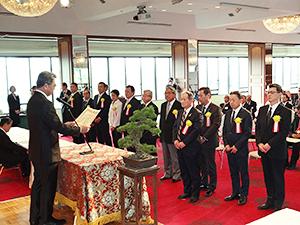 三田芳裕理事長(左)から表彰される受賞者