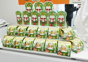 佐藤食品工業の今期の目玉となるスタンディングパウチ入りの「賀正いっぽん洋風デコ」(上)、「らくポイ鏡餅」は鏡もちでは珍しい緑色のデザイン