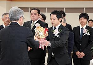 農林水産大臣賞のトロフィーを受け取る寿高原食品の水井寿彦常務取締役