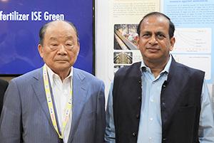 伊勢彦信イセ食品会長(左)とインド政府商工省のラメッシ・アビシェーク次官
