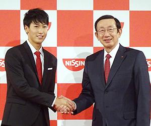 安藤宏基社長・CEO(右)と綿貫陽介選手
