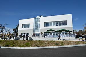 ワインバーやショップ、セミナールームを併設するビジターセンター