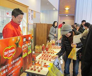 栗山町の「健康づくり講演会」。キッコーマン飲料の試飲も人気だった