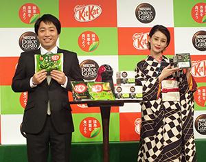 槇亮次部長(左)と同店最初の客となったダレノガレ明美