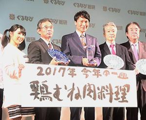 三反園訓鹿児島県知事(中央)と北野良夫ナンチク専務(左から2人目)