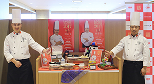 Aramark Chinaのリウ・ユンフェイシェフ(左)とヤン・スーウェイシェフが、本場中国の味を提供した