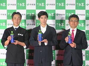 左から相澤治チーフ、三浦春馬、安田哲也マネジャー