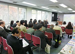 篠田昭新潟市長(奥)のプレゼンには多くの聴講者が参加した