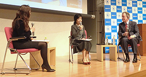 国連WFPの支援活動を紹介するデイビッド・ビーズリー事務局長と竹下景子親善大使、外岡瑞紀インタビュアー(右から)