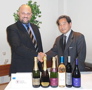 オルトレポー・パヴェーゼ保護協会のアルベルト・スカラーニ代表(左)とコーディネーターの林茂ソロイタリア代表が同産地のワインの前で