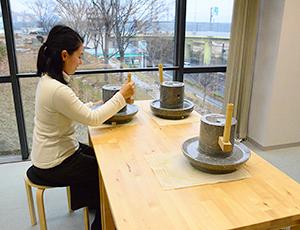 石臼で抹茶をつくる体験やお茶のいれ方教室などのスクールが行われている