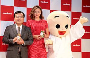 「発酵食アンバサダー」として和食の世界発信に取り組むミランダ・カー(左は青木時男社長)