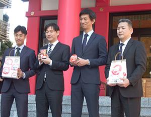 「合格ッタ」を手にする中嶋健太郎課長(右から2人目)ら東洋水産担当者