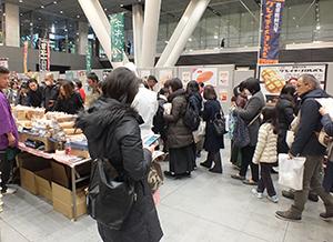 パン販売ブースは多くの人でにぎわった