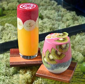 左/「Long glass」(1300円 各税抜き)、右/「short glass(900円)」濃厚なスムージのため、スプーンで食す。大半のお客が「壊すのがもったいなーい」とスプーンを入れるのをためら