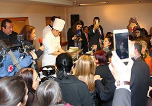 アンカラで開催した日本映画祭での在トルコ日本大使館公邸料理人による巻き寿司のデモンストレーション
