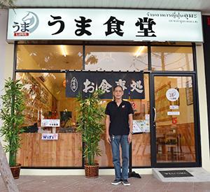 日本食料理店「うま食堂」を5店舗展開する田辺文雄さん=パトゥムターニー県ラムルーカー郡で小堀晋一が17年12月11日写す
