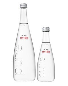 「エビアン グラスボトル750ml」(左)と3月中旬発売予定の「同330ml」