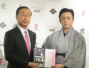 品田英明社長(左)と十代目松本幸四郎