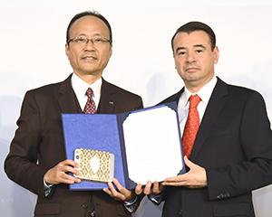 片桐裕之常務(左)とアルマンド・アリアガ臨時代理大使