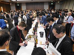 プレミアムワインを日本のワイン関係者らに示した