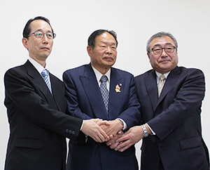 調印式で握手を交わす中田吉昭社長(左端)ら