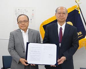 日本包装機械工業会・大森利夫会長(左)と東京工科大学・大山恭弘工学部長=写真提供:日本包装機械工業会