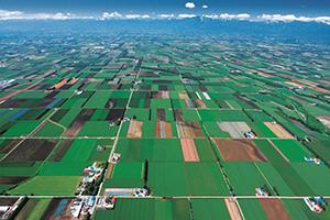 西に日高山脈、北には大雪と阿寒の山々、南は太平洋に囲まれる広大な十勝平野。道内有数の農業地帯である(写真提供=帯広市)