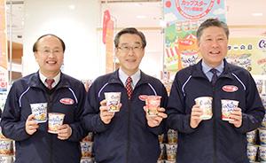 おけがわマイン店頭で水上幸重社長(右端)と杉村壽哉副社長(左端)