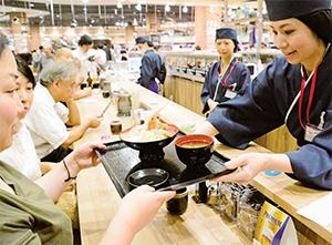 新たな即食強化の取組みとして市場から直接仕入れた鮮魚を使用した寿司や海鮮丼を提供(イオンスタイル神戸南)