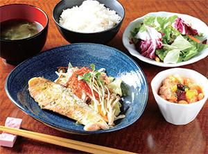 「鮭のちゃんちゃん焼き~バジルソース」ランチ 1,000円(税込み)