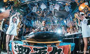 DJはアフロ頭がトレードマークのアフロマンス氏。東京・日本橋馬喰町「おさかな本舗 たいこ茶屋」の若大将がマグロを解体