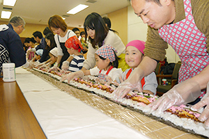 3日の節分の恵方巻き作りも食育に最適。そしてフォトジェニック(写真は山本海苔店が1月27日に行った親子講習会)