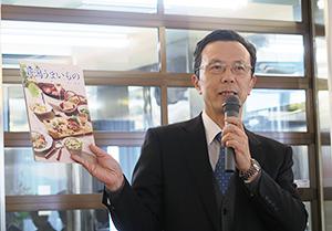 パンフレットなどを使って「販路拡大を支援したい」と語る武本清志NICO副理事長