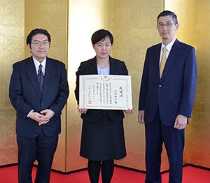 右から岩見竜作集団給食協会会長、高橋静子さん、西剛平レパスト社長
