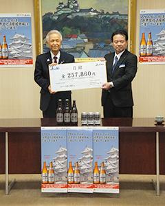 石見利勝姫路市長(左)に目録を手渡す久山祥二神戸統括支社姫路支店長