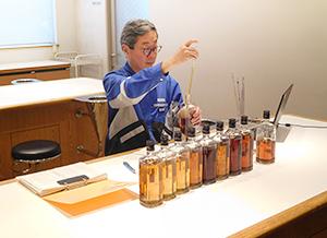 原酒を調合する佐久間正取締役ブレンダー室長チーフブレンダー