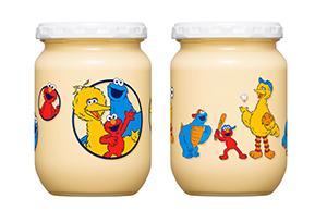 「セサミストリート」デザインの瓶入りマヨネーズ(写真左から春夏向け・秋冬向け)